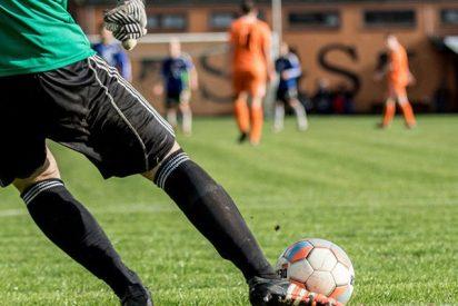 Este futbolista presume de flexibilidad anotando este espectacular gol de tijera