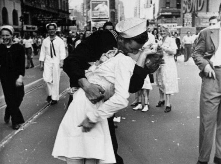 Activistas del #MeToo vandalizan una estatua del icónico beso de la Segunda Guerra Mundial