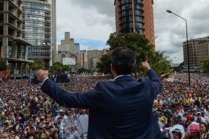 Los venezolanos salen a las calles para lograr su liberta en el 20 aniversario de la revolución chavista