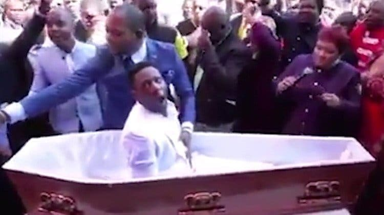 Un hombre finje morir y resucitar...termina metido en un problema legal