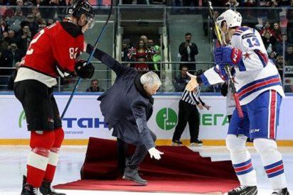 Jose Mourinho hace el ridículo en el saque inicial de un partido de hockey sobre hielo