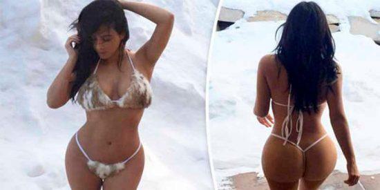 Kim Kardashian luce tremendo trasero con un micro bikini en la nieve