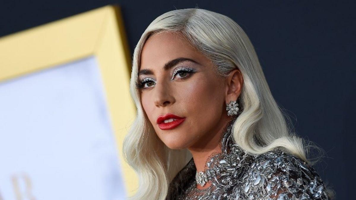 Lady Gaga celebra San Valentín tatuándose una gran rosa en la espalda E internet estalla en burlas