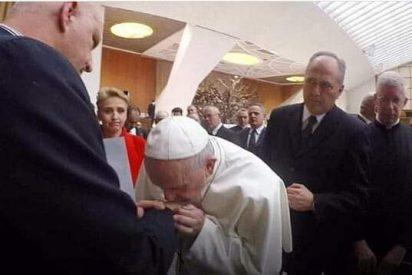 El Papa besó las manos de un superviviente de abusos