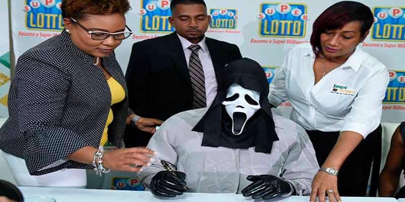 Gana 150 millones en la lotería y se presenta a cobrar el premio con la máscara de 'Scary Movie' para que no le reconozcan su familia y amigos