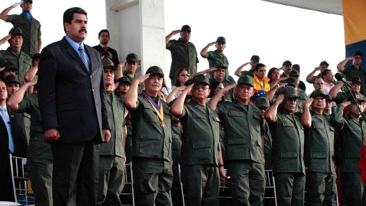 """Nicolás Maduro """"recomienda"""" a los militares ignorar la oferta de amnistía de Guaidó"""