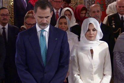 El censurado tropezón del rey Felipe VI ante la tumba real marroquí que hace caerse de culo a los 'indepes'
