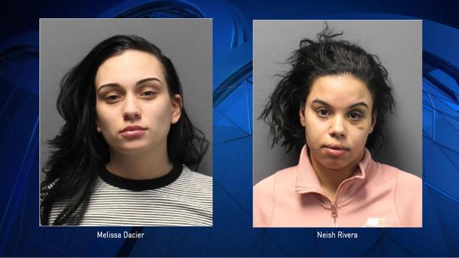 Dos strippers seducen a un policía para robarle el arma