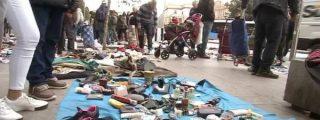 Chatarreros y cartoneros venden productos de la basura en un mercadillo ilegal en Atocha