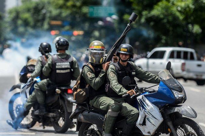 Vídeo: Un guardia nacional bolivariano deserta y su compañero lo asesina por la espalda