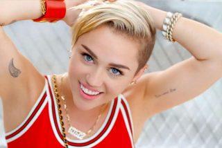 A Miley Cyrus le 'quema' la ropa interior: sale sin nada al escenario del iHeartFestival 2020