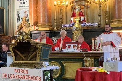 Lazos amarillos de amor en la iglesia de San Antón