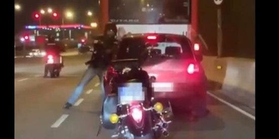 Así fue la salvaje agresión de este motorista a un conductor en una avenida central de Barcelona