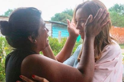 """Descubren que el Gobierno argentino realiza 'spots' visitando siempre """"por sorpresa"""" a la misma mujer pobre"""