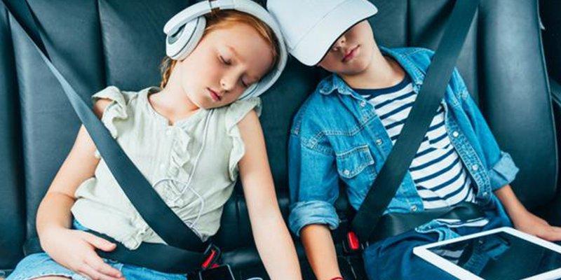 Los 5 gestos que no debes hacer cuando llevas a un niño en el coche