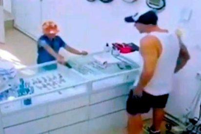 Un niño de 8 años intenta atracar una joyería armado con una pistola