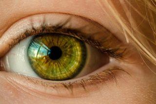 Se queda ciego del ojo derecho por ducharse con las lentillas puestas