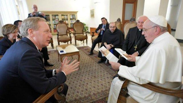 El Papa y el presidente de Microsoft abordan la inteligencia artificial y la brecha digital