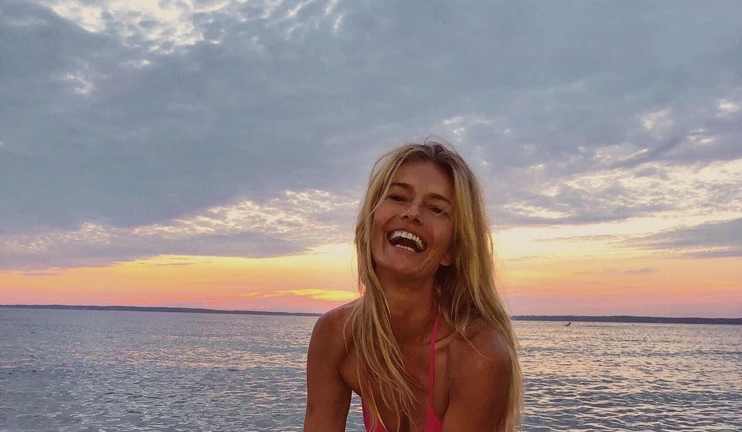 Paulina Porizkov sorprende con un sexy topless a sus 53 años