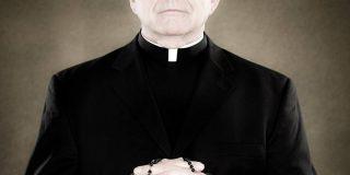 Un joven mata al sacerdote que abusó de él y de su padre clavándole un crucifijo
