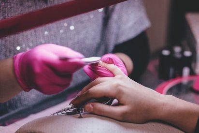 Usar esmalte de uñas o uñas artificiales puede ser perjudicial para la salud