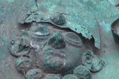 Descubren en tres antiguas tumbas con los restos de un alto militar y un objeto erótico