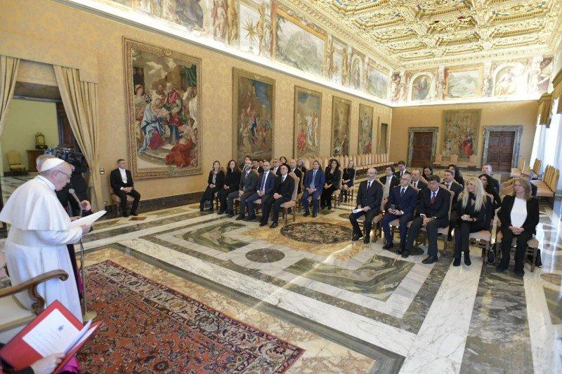 """El Papa, a los jueces: """"Son mucho más que funcionarios"""""""