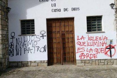 'Iglesia que ilumina es la que arde', pintadas en dos iglesias de Ávila