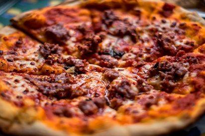 Comida: ¿Sabes cuánto tarda un 'ejército de larvas' en devorar una pizza?