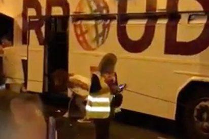 La chica desciende del autobús de Podemos y ahí mismo se baja las bragas, se alivia... ¡y a seguir!