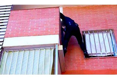 Un valiente agente de la Policía Nacional escala una fachada sin arnés para salvar a una niña
