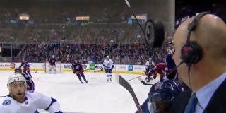 Vídeo: El instante cuando un presentador casi pierde la cara en un partido de hockey