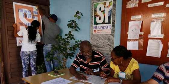 """Cuba aprobó una """"nueva"""" constitución gracias a un """"circo"""" de referéndum"""