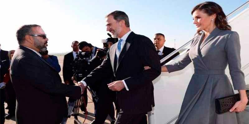 La Reina Letizia aterriza en Marruecos con el vestido del 'misterio'