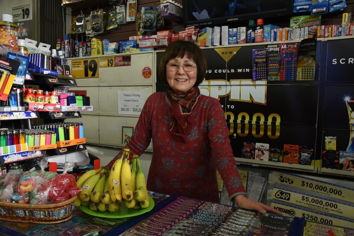 Una comerciante de 69 años vence a un ladrón lanzándole bananas (VIDEO)