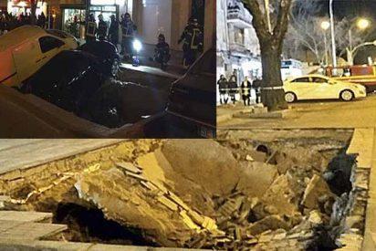 Madrid: Un gran socavón causado por la rotura de dos tuberías engulle a dos coches