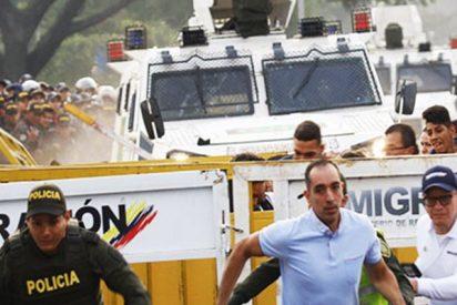 Militares venezolanos desertores cruzan con tanquetas hacia Colombia atropellando a la gente del bloqueo para escapar de la dictadura