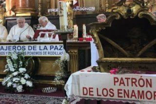 Abuelos, padres y niños bautizados en San Antón celebran el día de San Valentín