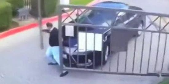 La descarnada batalla de un conductor contra la verja de un aparcamiento