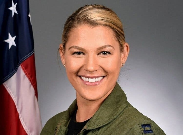 La primera mujer comandante aérea de EEUU fue removida en dos semanas