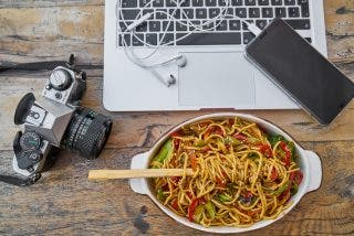 Oficina: lo que no debes comer jamás en tu mesa de trabajo