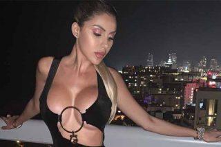 Alexa Dellanos da la espalda a la cámara y presume de trasero y glúteos en una sexy tanguita negra