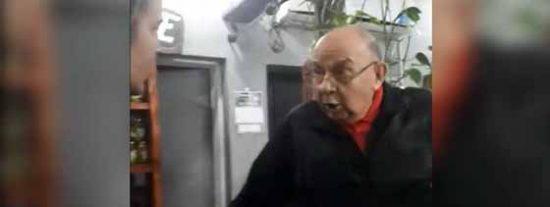 """(Vídeo) Un anciano ofreció a una chica alimentos a cambio de sexo y esta lo denunció en Facebook: """"Viejo del orto"""""""