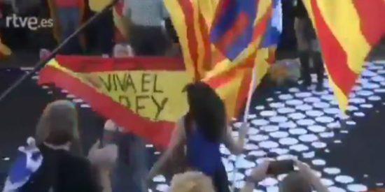 Así defiende un valiente la bandera de España que querían hacer trizas los golpistas en Madrid