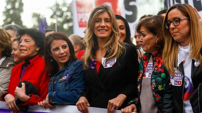 Escándalo: Pedro Sánchez adjudica 'a dedo' 765.000 euros a la empresa de Begoña Gómez