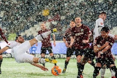 La nieve 'ataja' un remate al arco frenando el balón en la línea de gol en un partido de la Bundesliga