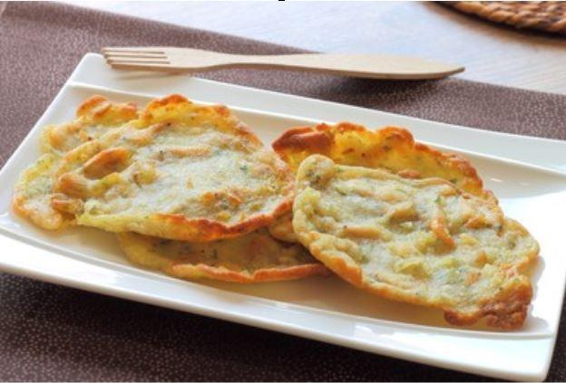 tortillitas de camarones en un plato para servir.