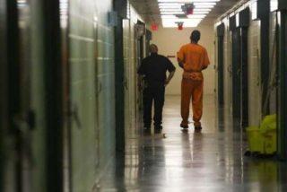 Cansada de la masturbación de los presos interpone una insusual demanda