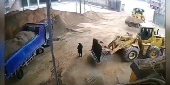 El terribe vídeo de la mujer que es triturada tras ser atrapada por una excavadora