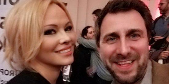El 'vigilante del separatismo' Toni Comín se lía con Pamela Anderson dejando a sus amigos con el agua al cuello